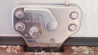 トラックのコンテナ解錠